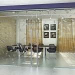 Jídelna je od kuchyně oddělená posuvnými skleněnými dveřmi se systémem Rollo. J. A. P.