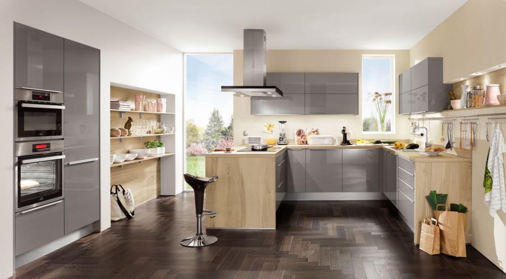 Tvar sestavy do písmene U umožňuje přímý pohled do kuchyně, proto je toto provedení vhodné do samostatné místnosti. Ideálně do prostoru před vstup umístit jídelní stůl.