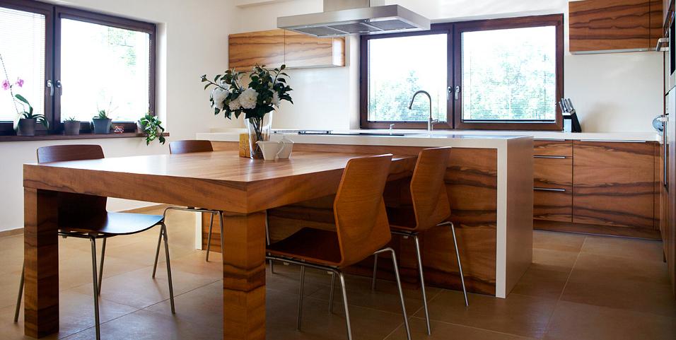 I v této kuchyni se může kuchařka uvolnit. Díky varnému ostrůvku,na který navíc navazuje jídelní stůl může nebude nepořádek v kuchyni výrazně obtěžující. Kuchyně Le Bon.