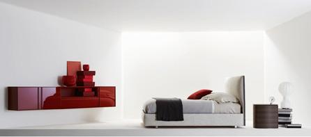 Drobnými prvky můžete do ložnice vnést pestrou barvu. Postel Teatri