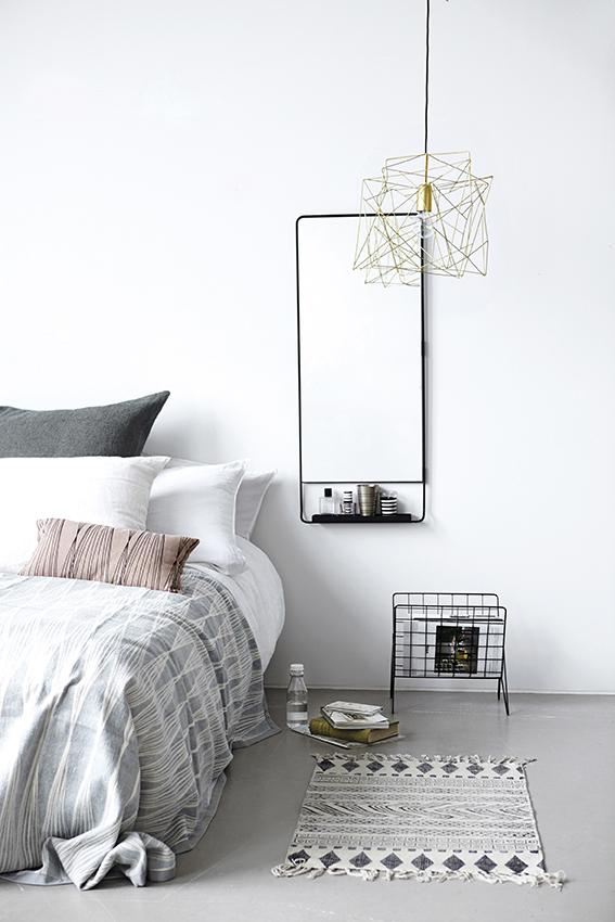 Noční stolek nemusí být stejného designu s postelí. House doctor