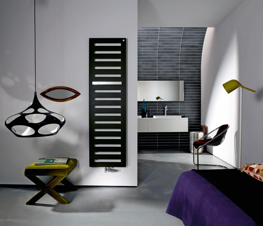 Minimalistický design radiátoru Zehnder Metropolitan dokonale zapadá do moderní bytové architektury. Doplněn je kvalitními držáky na ručníky s pohodlným zavěšením ručníků ze strany. Prodává se v mnoha rozměrech: ve výšce 800, 1225, 1540 a 1750 mm, v šířce 400, 500 a 600 mm a ve více než 50 barevných odstínech.