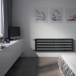 Design vodorovného provedení radiátoru Zehnder Metropolitan působí půvabně, neboť trojúhelníkový profil rámu se směrem dozadu zužuje. Lze ho vhodně umístit pod okno do koupelny nebo kdekoliv v bytě. Dodává se v délce 900, 1400, 1600, 1800 a 2000 mm, o výšce 385, 490, 595 a 700 mm, ve více než 50 barevných odstínech.