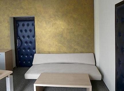 Betonová stěrka ve zlatém odstínu