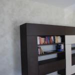 Betonová stěrka v kombinaci se dřevem nepůsobí studeným dojmem a vytváří v interiéru moderní nádech.