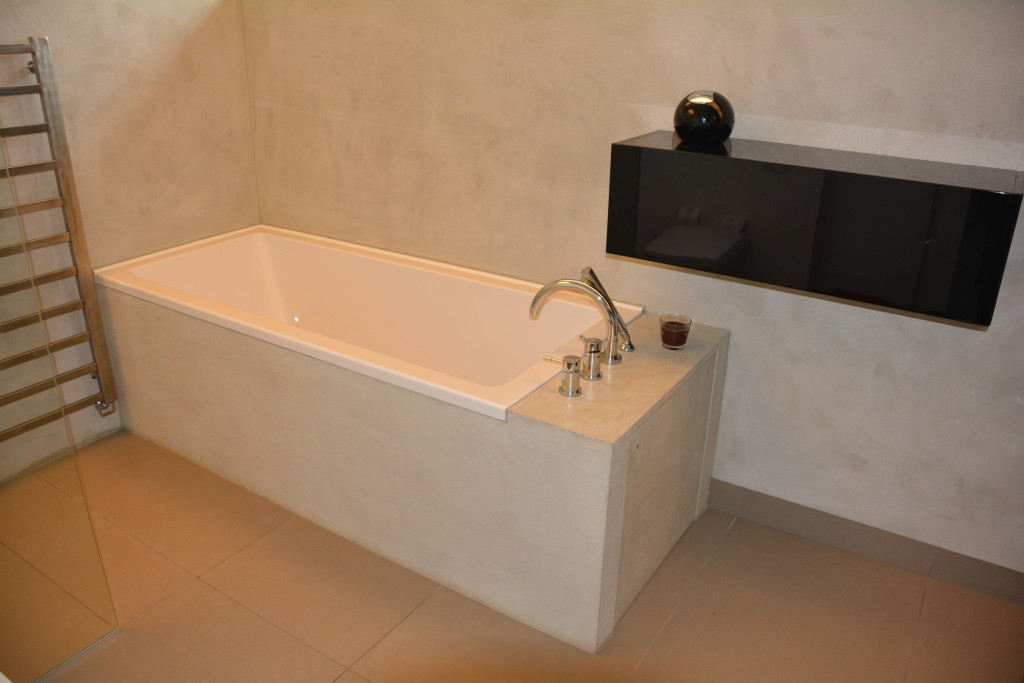 Stěrku můžeme bez obav použít i v koupelně. A to jak na stěnách tak jí dekorovat obložení vany.
