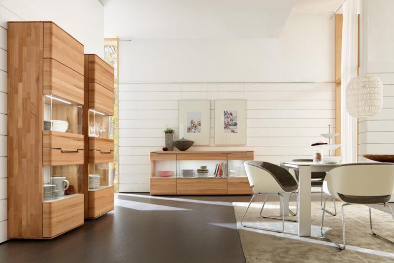 Kombinace teplého odstínu dřeva s bílou dělá jídelnu pocitově teplou, navzdory tomu, že se jedná o moderní jídelnu.