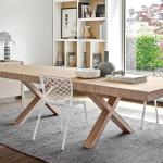 Velký masívní stůl je dobrým počinem , pokud máme větší rodinu nebo knám často chodí návštěvy. Předpokládám, že se jedná o katalogovou fotografii, protože jinak by dvě židle na tak velký stůl byly málo. Může to vobyvatelích vyvolávat pocit odloučení od druhého.