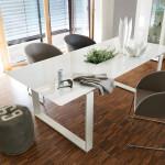 Židle vtéto jídelně podporují dobré partnerské vztahy v rodině. Tvar, který připomíná hnízdo, je pro podporu partnerství velmi vhodný.