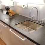 Kuchyňská pracovní deska ze žuly nero assoluto s povrchovou úpravou patina.