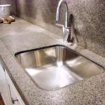 Kuchyňská pracovní deska ze žuly s povrchovou úpravou patina.