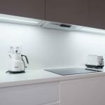 Pracovní desku můžeme vytáhnout mezi horní a spodní skříňky. Corian dovoluje bezespárové spojení. Kuchyně Le Bon.