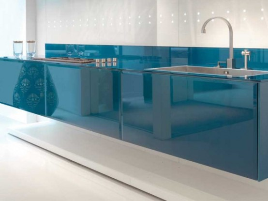 Ze skla je v tomto případě vyrobená celá kuchyňská linka. Velmi efektní řešení.
