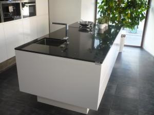 Kuchyňská pracovní deska z technistonu v barvě briliant black.