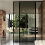 Posuvné dveře od podlahy ke stropu umožňuje posuv Premium, eleganci tomu řešení dodávají dveře vsubtilním hliníkovém rámu včerné barvě strong. J. A. P.