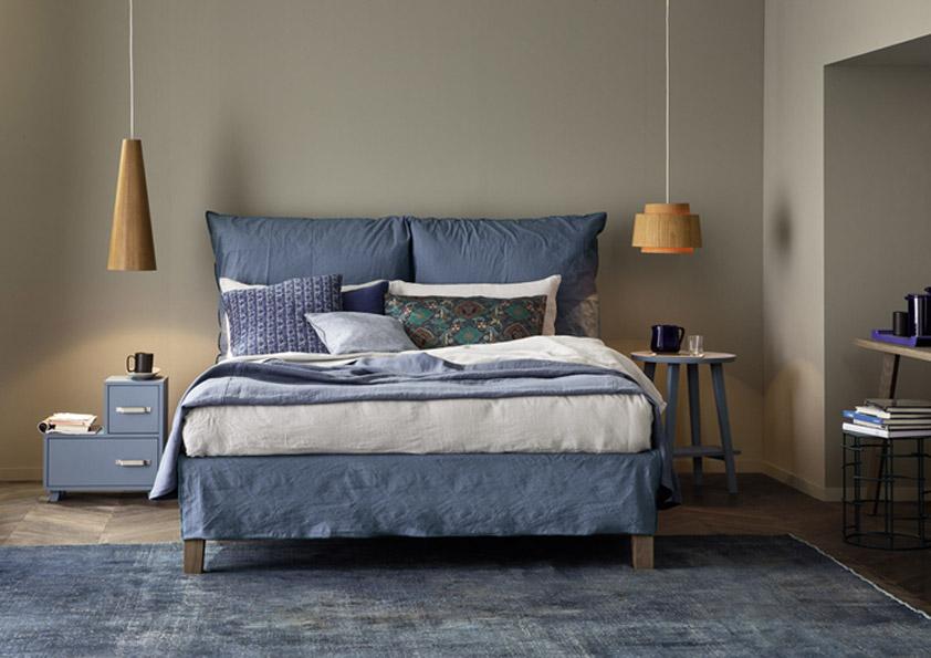 K posteli zvolte stropní závěsná svítidla. Lůžko se jimi oživí.