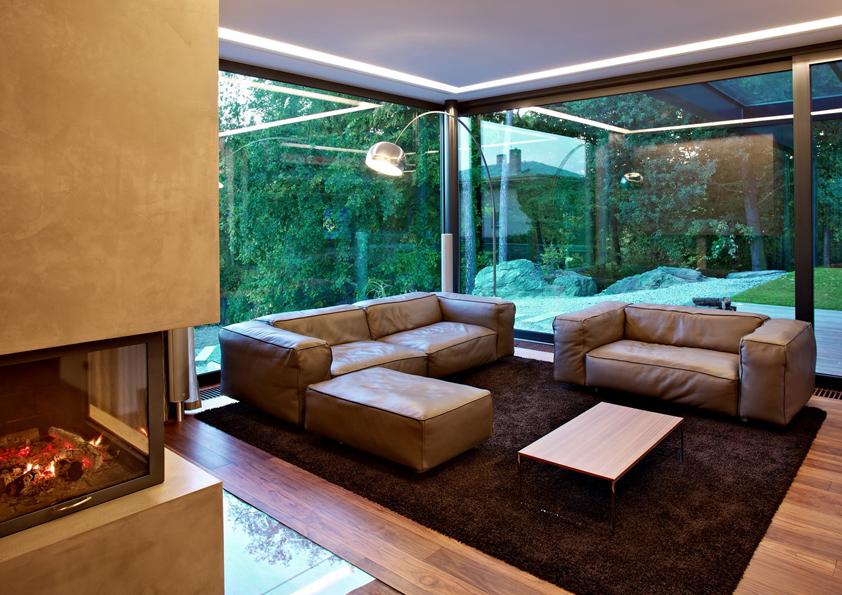 Velká prosklená okna, vyrobená na míru domu, si majitelé mohli dovolit díky úctyhodně velkému pozemku. Do domu totiž není odnikud vidět.