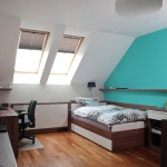 Jeden z pokojů dětí je vymalován tyrkysovou barvou, která místnost více projasní.