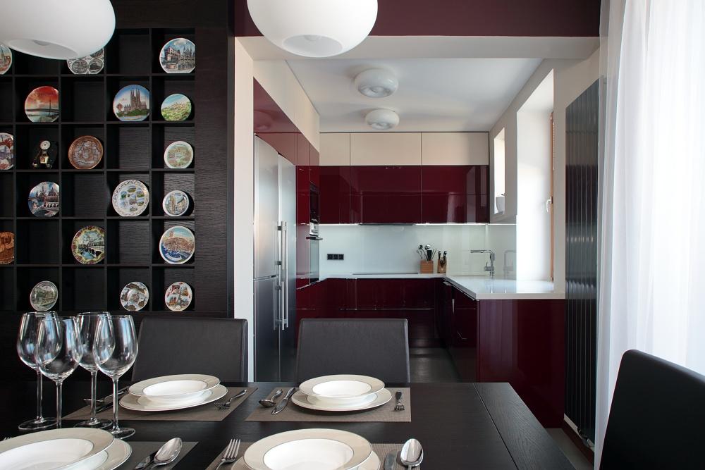 Do této nevelké kuchyně byly původně dva vchody. Díky upravené dispozici získal prostor praktický rozměr.