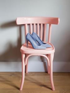 Židle natřená v odstínu rose quartz a boty v odstínu serenity