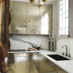 Kovové povrchy zvětšují a rozjasňují místnost. Jeden z trendů 2016