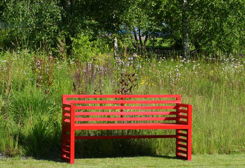 Komu by se v zahradě nezdála černá, pak může použít třeba červenou.