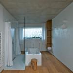 V manželské koupelně zdobí jednu ze stěn benátský štuk.