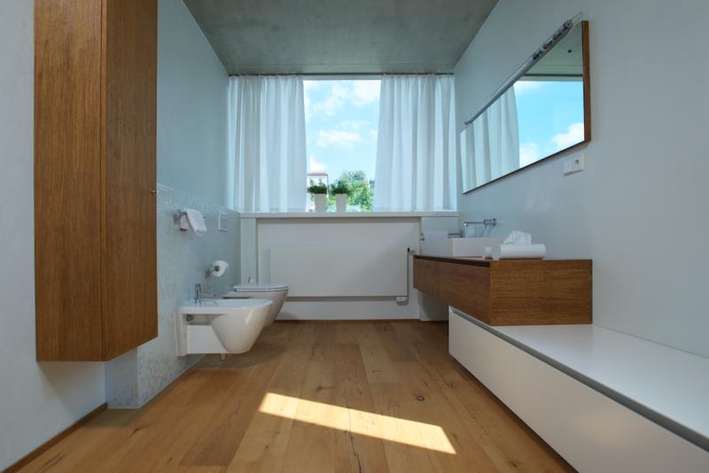 Na podleze v koupelně manželů ponechal architekt dřevo.