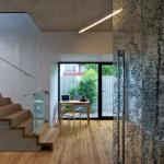Hlavní obytný prostor lze oddělit od chodby skleněnou zástěnou s potiskem.