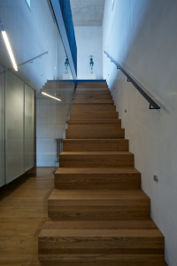 Aby schodiště nepůsobilo stísněně, je zábrana proti pádu z čirého skla.