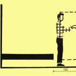 85 centimetrů na cestičku mezi lůžkem a stěnou, pokud na ní budou police.