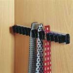 Subtilní pořadač kravat můžeme přimontovat na dveře nebo vnitřní korpus skříně.