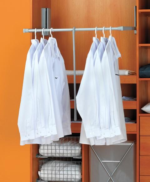 Některé šatní tyče je možné sklopit. Tak můžeme využít i nejvyšší části ve skříni, které by jinak byly prázdné.