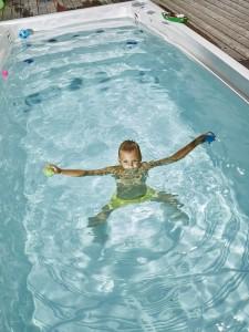 Termokryt na swim spa se zvedá pomocí mechanického nebo automatického zařízení.