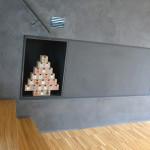 Do niky s adventním kalendářem poputuje brzy dřevo. Jeho vzhled i vůně dodá interiéru domácí atmosféru.