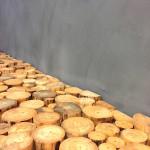 Zjemněte šedou betonovou stěrku třeba dřevem.