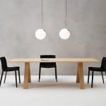 K šedým stěnám použijte dřevěný nábytek.