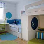 Barevnost pokoje se odvíjí od odstínů v srdci bytu a majitelka je kombinovala s šedou.