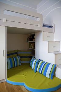Majitelka chtěla pro děti místo na zalézání i prolézání. Proto je jedna z postelí vyvýšená apod ní vznikl úkryt.