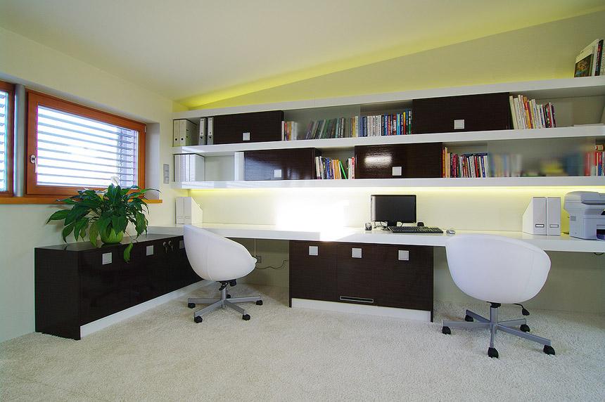 Pokud nám prostor nedovolí jiné rozmístění stolů, pak bych určitě doporučila židle s vysokými opěrkami a na stěnu proti očím nějaké zrcátko, ve kterém bude dobře vidět na vstup do místnosti.