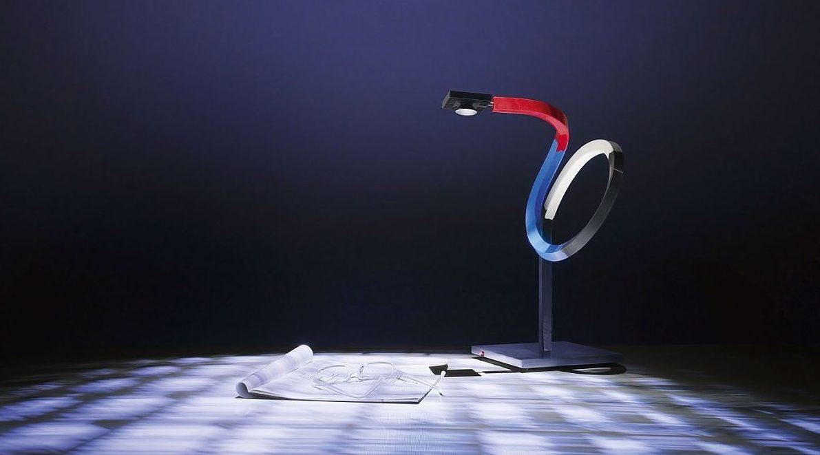 U pracovní lampy sledujeme možnost nastavení výšky a směru světla.