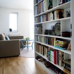 Při vstupu do polyfunkční místnosti směřuje obyvatele do centra dění prostorná knihovna.