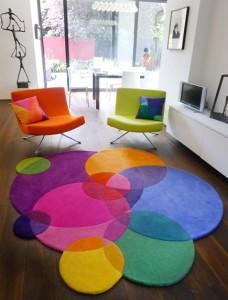 Tvarovaný koberec místnost oživí.