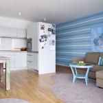 V obývacím pokoji převládá optimistická tyrkysová barva. Kuchyně je v kombinaci dubu, který se objevuje na horizontálních plochách (pracovní desce a podlaze), kuchyně je vyrobená z lamina v jemné šedozelené barvě.
