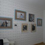Stěny ložnice zdobí jednoduchý vzor připomínající renesanční psaníčka.