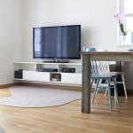 Nábytek pod televizor je navržen na míru.