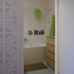 Radiátor byl v koupelně posunut, čímž vzniklo místo na komodu.