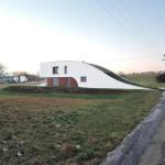 Tvar domu je odrazem okolní zvlněné krajiny.