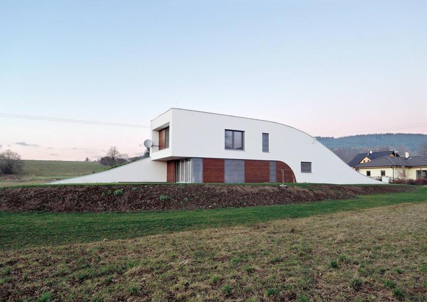 Linie domu vynikají díky kontrastu bílé fasády se dřevem.
