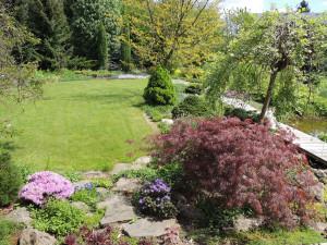 Optimální je řešit s projektem domu zároveň návrh zahrady, protože si ušetříte zbytečné přesuny zemin, případné vyvážení přebytečného, nebo dovážení chybějícího materiálu.